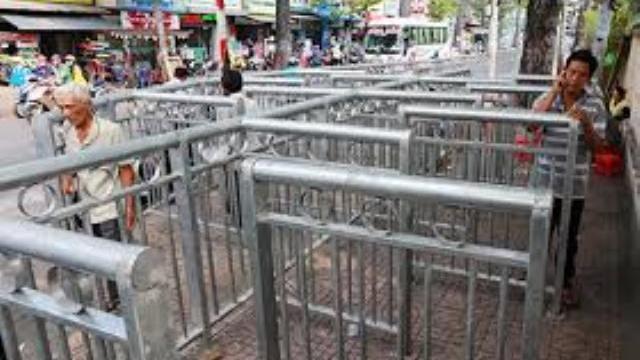 Rào chắn vỉa hè như 'mê cung' ở Sài Gòn được tháo bớt