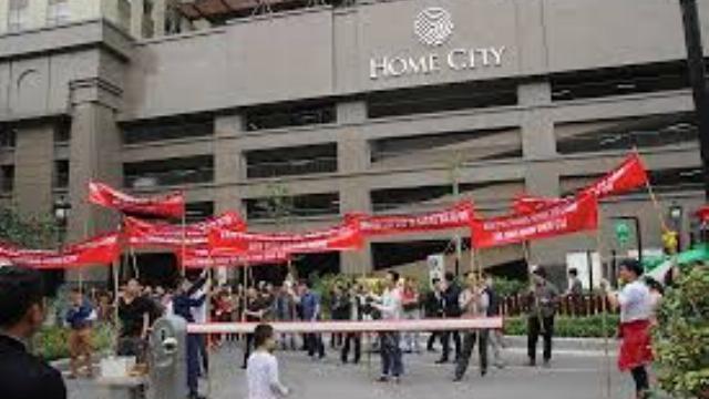 Cư dân Home City Trung Kính biểu tình đòi… đi