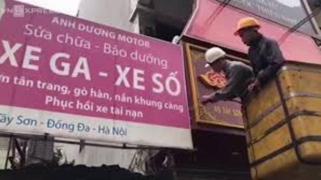Hàng loạt công trình lấn vỉa hè ở Hà Nội bị đập bỏ