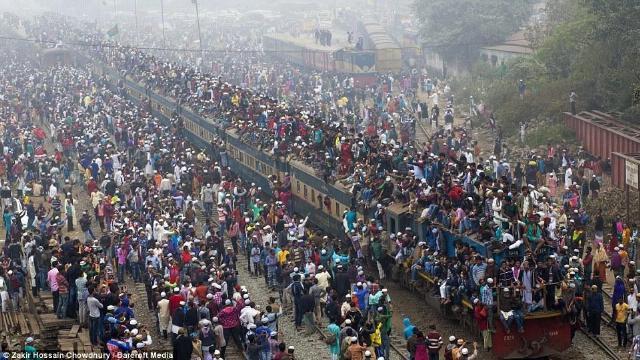 Biển người chen chúc lên tàu hỏa đi làm mỗi sáng ở Bangladesh