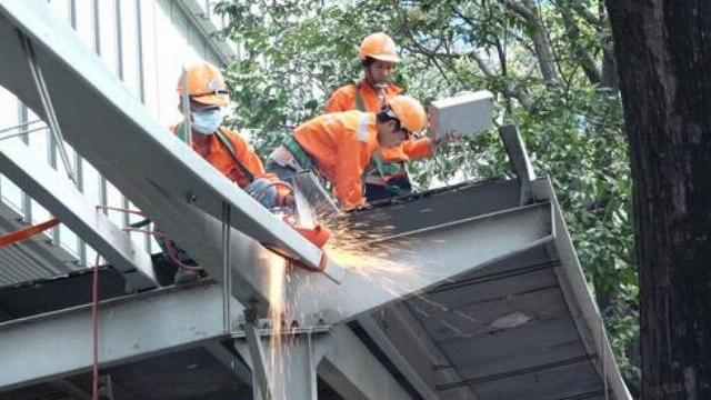 Quận 1 cắt dỡ mái hiên, phạt tòa nhà Saigon Centre 58 triệu đồng