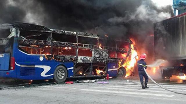Ôtô khách và xe container bốc cháy sau cú đấu đầu