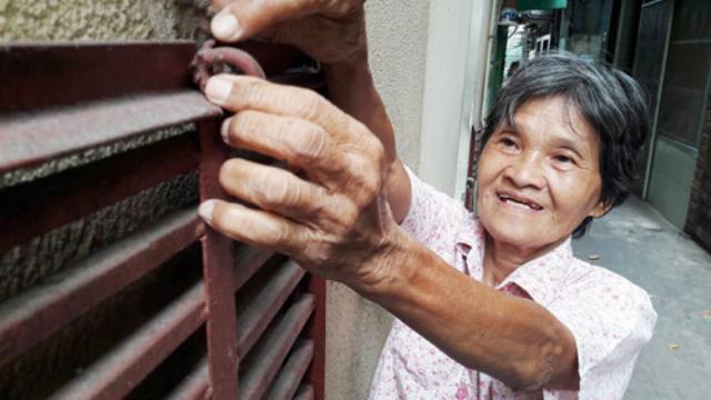 Những người Sài Gòn cực thông minh làm thang sắt chống chiếm vỉa hè từ 2012