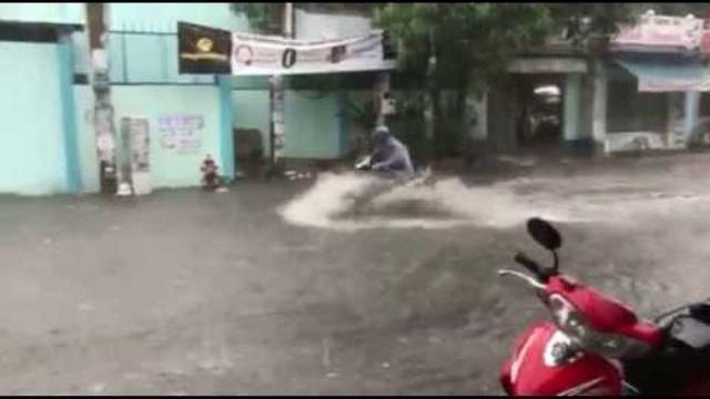 Sài Gòn mưa dông bao phủ, xe cộ lội nước như phim