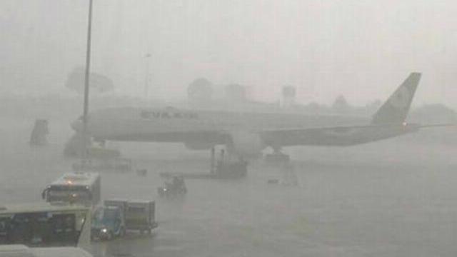 Sân bay Tân Sơn Nhất ngập trong biển nước vì Sài Gòn mưa lớn