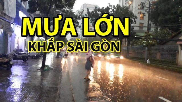 Mưa lớn khắp Sài Gòn đường biến thành sông ngày Cá Tháng Tư