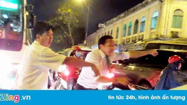 Tài xế taxi xuống đường phân luồng giao thông ở trung tâm Sài Gòn