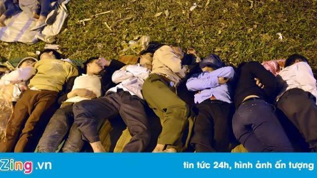 Du khách ngủ qua đêm la liệt ngoài trời tại đền Hùng