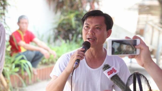 Ông Đặng Văn Cảnh phát biểu trước người dân Đồng Tâm khi được thả