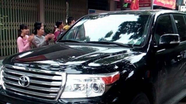 Xe dẫn đoàn chủ tịch về đối thoại với người dân Đồng Tâm xuất hiện trong tiếng reo vui của người dân