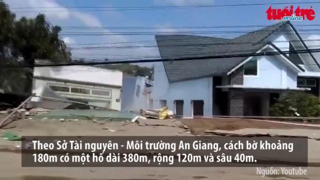 Khoảnh khắc sông Vàm Nao sạt lở, 'nuốt' trọn 16 ngôi nhà
