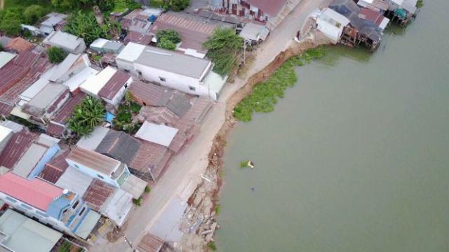 Clip khúc sông Vàm Nao sau sạt lở 'nuốt' nhà từ flycam