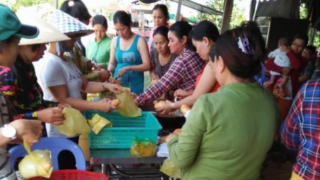 Clip người dân xếp hàng đưa bánh mì cho bộ đội