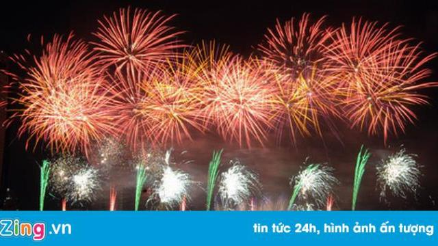 Pháo hoa chính thức khai hỏa trên bầu trời Đà Nẵng.