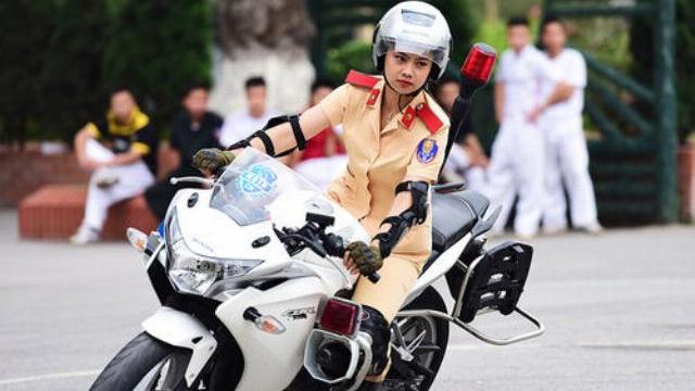 Nữ sinh cảnh sát lái môtô phân khối lớn