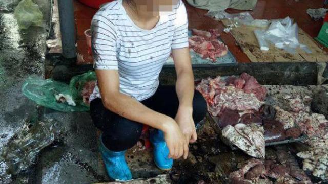 Xác minh để xử lý vụ đổ dầu nhớt vào quầy thịt heo
