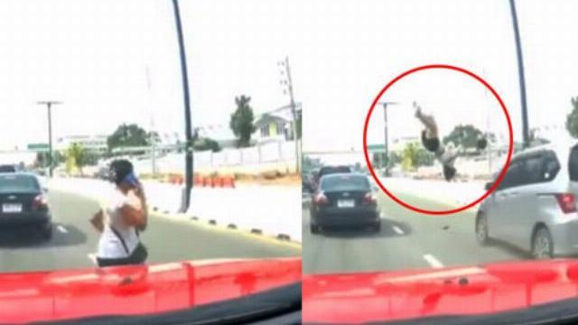 Mải gọi điện, người phụ nữ sang đường bị ôtô đâm tử vong