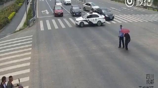 Cảnh sát dùng ôtô chặn giữa ngã tư giúp cụ già sang đường