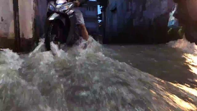 Mới đầu mùa mưa, người Sài Gòn đã khốn đốn vì ngập nước, kẹt xe...