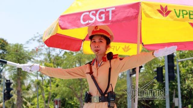 Những bóng hồng CSGT trong 'chảo lửa' Hà Nội