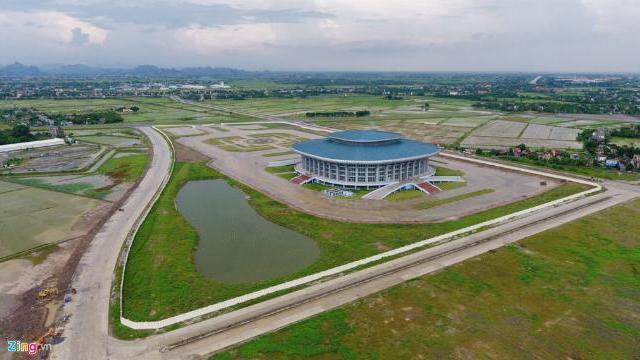 Nhà thi đấu 1.000 tỷ xây xong bỏ không giữa cánh đồng