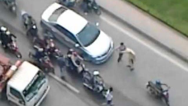 Phụ nữ kéo, đẩy CSGT cho ôtô tháo chạy