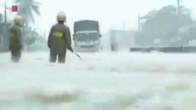 Công an giúp dân trong mưa lũ