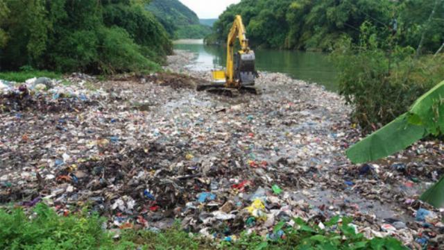 Hàng chục tấn rác thải nổi giữa suối