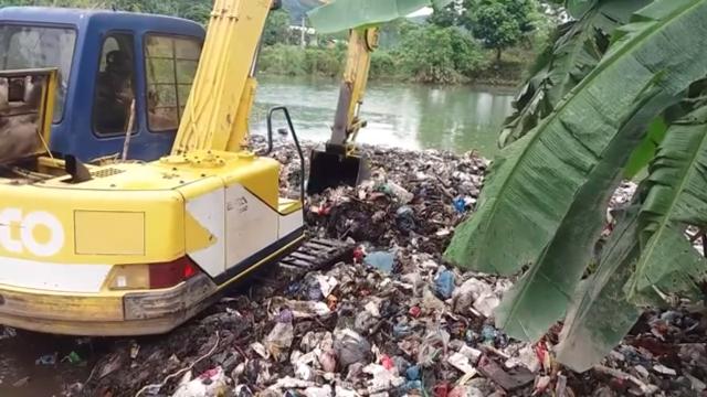 """Clip gây xôn xao về bãi rác """"khủng"""" giữa suối"""