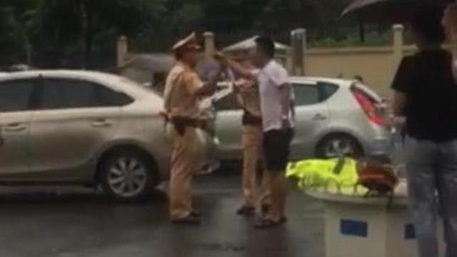 Tài xế ôtô cầm gậy golf tấn công cảnh sát giao thông