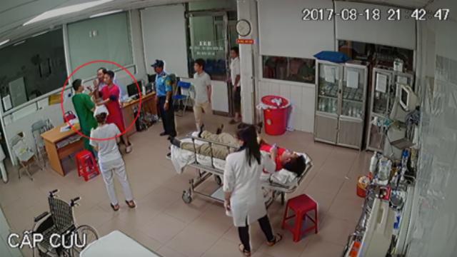 Xuất hiện Chủ tịch phường trong clip hành hung bác sĩ trực cấp cứu