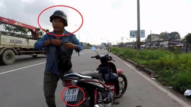Người đàn ông lạ mặt đứng gần chốt CSGT Rạch Chiếc đang xử phạt