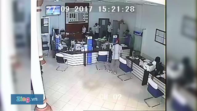 Clip tên cướp cầm súng xông vào ngân hàng ở Vĩnh Long