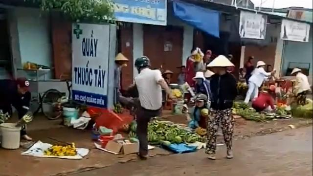 Trưởng Công an xã Quảng Điền, huyện Krông Na, tỉnh Đắk Lắk đá văng thúng thau hàng của bà con