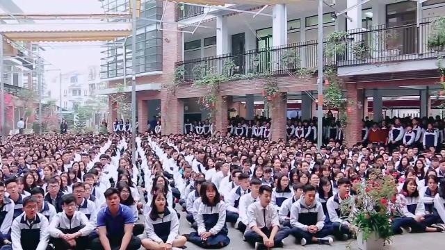 Hơn 3.000 học sinh đồng thanh bài hát truyền thống tặng thầy Văn Như Cương