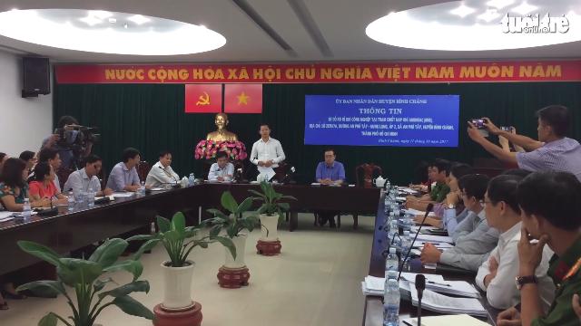 Lãnh đạo huyện Bình Chánh trao đổi về tình hình môi trường tại khu vực bị rò rỉ khí amoniac