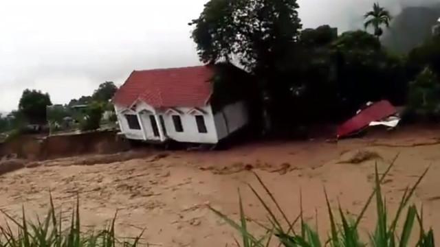 Khủng khiếp ngôi nhà cao tầng từ từ... biến mất trong cơn lũ ở Sơn La