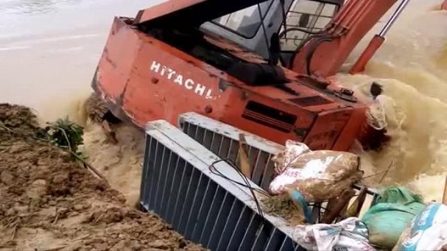 Cận cảnh ném cả máy múc hàng trăm triệu xuống hàn đê ở Thanh Hóa, cứu dân