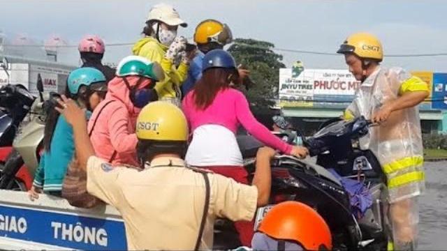 Đường Sài Gòn ngập nặng, CSGT dùng xe chuyên dụng cứu hộ dân