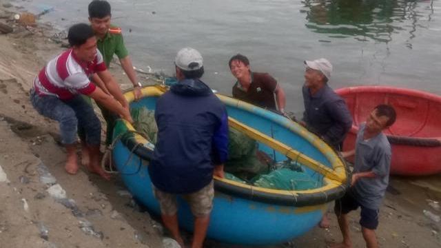 Công an hỗ trợ nhân dân trong bão số 12