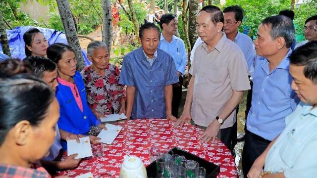 Chủ tịch nước Trần Đại Quang thăm người dân vùng lũ