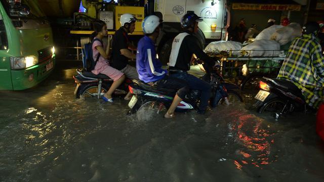 """Bão chưa vào Sài Gòn đã """"thất thủ"""""""
