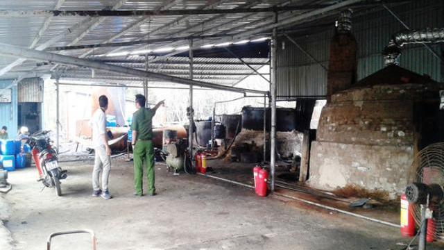 Phát hiện cơ sở nấu nhớt lậu cực lớn, xả thải ra môi trường