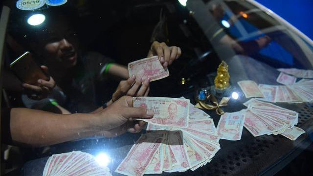 Lái xe đồng loạt đòi thối 100 đồng, BOT Cai Lậy xả trạm lần 3