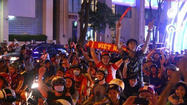 Hàng trăm xe ở Sài Gòn bị tạm giữ sau trận 'bão đêm'