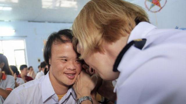 Lính tàu sân bay Mỹ hát cho trẻ em da cam Đà Nẵng
