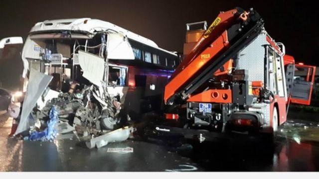 Ôtô khách đâm xe cứu hỏa, 11 người bị thương