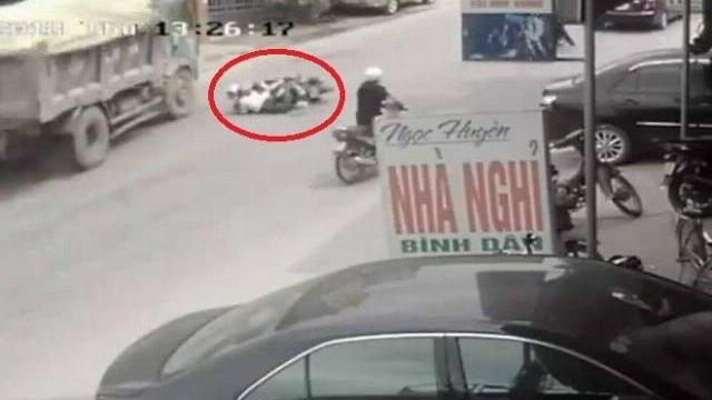 Tránh hai cô gái ngã xe máy, tài xế ôtô tải suýt bỏ mạng