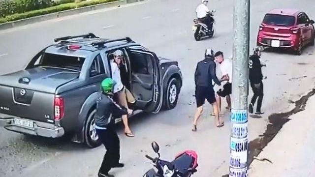 Đi ô tô dùng súng xử nhau kinh hoàng trên phố ở Đồng Nai