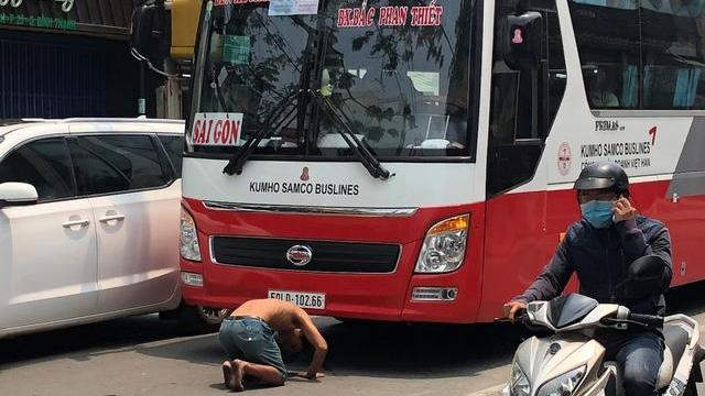 Người đàn ông chặn đường, quỳ lạy hàng loạt ô tô ở Sài Gòn